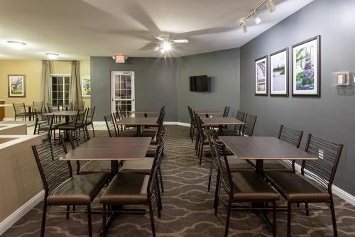 GrandStay Ames-Breakfast Seating (1)