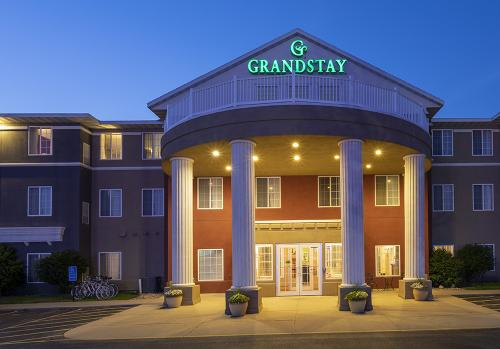 GrandStay Ames-Exterior Night (1) (1) (1)