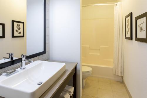 cis fargo-corner suite vanity