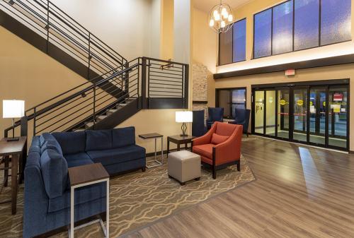 comfort ramsey-lobby couch door