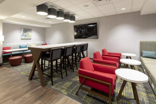 hampton ep-lobby gathering table