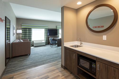 hampton ep-room 421-king suite wet bar