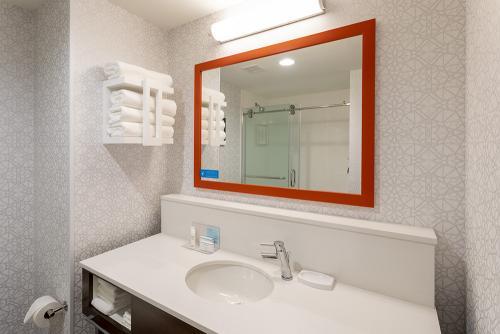 hampton ep-room 502-standard shower vanity