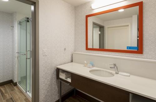 hampton ep=room 421-suite vanity
