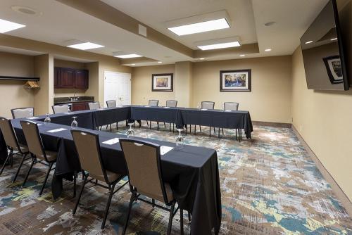 hampton mg meeting room wet bar
