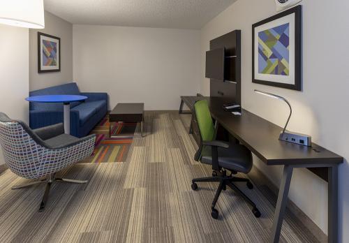 hie vadnais-room426 living room