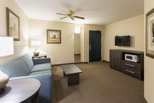 paynesville-room206-k2ws-livingroom