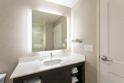 ri maple grove-shower vanity (1)